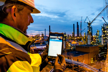 Bilfinger employee using our smart applications on a mobile