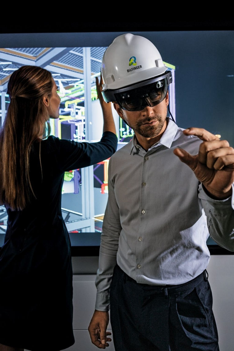 Bilfinger employee using a VR set