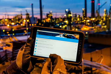 Bilfinger employee using our smart applications on a tablet
