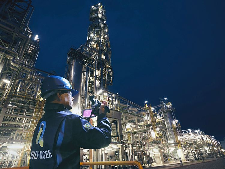 Bilfinger employee capturing digital content